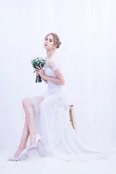 Tại Dolly, các cô dâu có thể tìm kiếm những thiết kế ưng ý với size chân đặc biệt như 33, 34, 41 - 43 nhờ dịch vụ đặt hàng hoặc thiết kế riêng theo ý muốn.