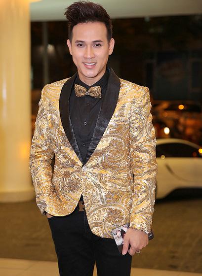 Ca sĩ Nguyên Vũ nổi bật với vest tông màu vàng, đen.
