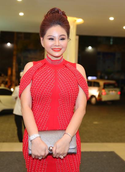 Diễn viên Lê Giang gợi cảm với đầm đỏ đính kim sa.