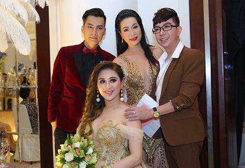 Á hậu Trịnh Kim Chi (đứng, giữa)và Long Nhật là hai MC của phần thảm đỏ.
