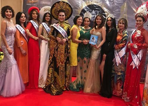 Phi Thanh Vân (thứ năm từ trái sang) chụp ảnh với các thí sinh trong cuộc thi.