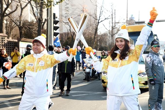 Thanh Hằng rước đuốc quảng bá Thế vận hội Mùa đông ở Hàn Quốc