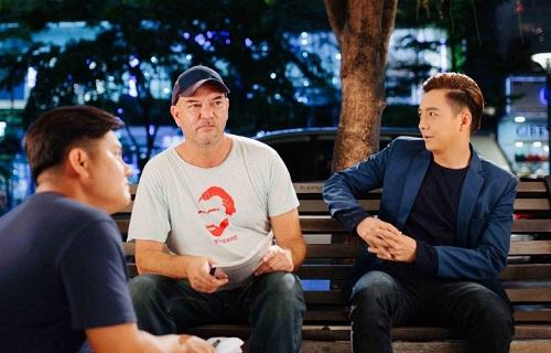 Stephane Gauger hướng dẫn cho Ngô Kiến Huy trên trường quay Yêu đi, đừng sợ!.