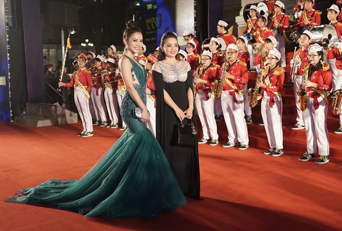 H'Hen Niê dự thảm đỏ sau khi đoạt ngôi hoa hậu