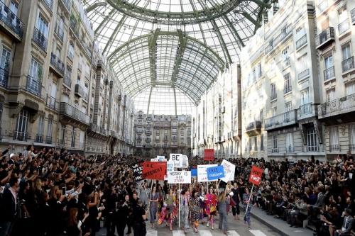 Bảo tàng Grand Palais biến thành một góc phố nhỏ của Paris nơi diễn ra cuộc tuần hành vì nữ quyền trong show ready-to-wear Xuân Hè 2015 của Chanel.
