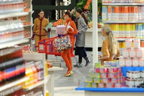 Chanel chứng tỏ mình không bao giờ cạn kiệt ý tưởng khi khiến khán giả lạc vào một siêu thị trong ngày trình diễn bộ sưu tập ready-to-wear Thu Đông 2014.