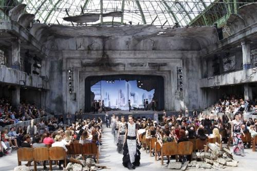 Lấy cảm hứng vị lai và hậu tận thế, nhà thiết kế tài ba Karl Lagerfeld đã biến bảo tàng thành một nhà hát phế tích trong show diễn couture Thu Đông 2013. Các khách mời tỏ ra rất thích thú vì nhà mốt đã mang đến cho họ những trải nghiệm mới mẻ chưa từng có.