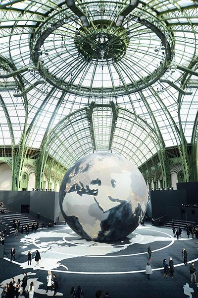 Khi trình làng bộ sưu tập ready-to-wear Thu Đông 2013, giám đốc sáng tạo của Chanel đã cho đặt một quả địa cầu khổng lồ lấp lánh tại trung tâm của bảo tàng để người mẫu catwalk xung quanh.