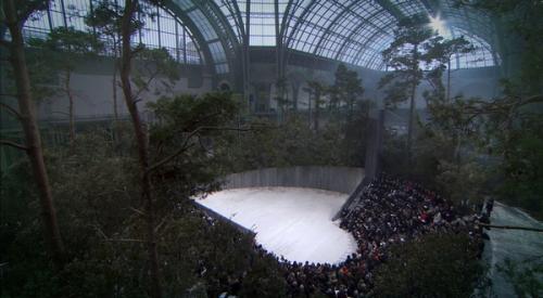 Bối cảnh một khu rừng sống động được dựng nên dành cho chủ đề Giấc mộng đêm hè của bộ sưu tập couture Xuân Hè 2013.