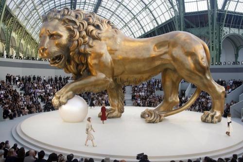 Một con sư tử bằng đồng với kích thước 18 mét đại diện cho chòm sao Sư Tử được đặt trên sân khấu trung tâm Grand Palais trong show diễn couture Thu Đông 2011. Sư Tử là cung hoàng đạo của nhà thiết kế huyền thoại Coco Chanel.
