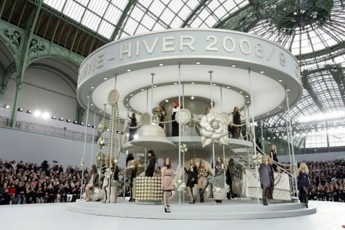Show diễn ready-to-wear Thu Đông 2009 đưa khán giả trở về tuổi thơ với sân khấu trung tâm là mô hình ngựa kéo xoay tròn khổng lồ.