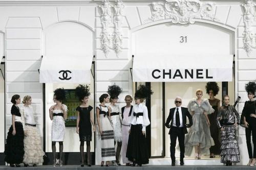 Nằm trong khuôn khổ show diễn ready-to-wear Xuân Hè 2009, Karl Lagerfeld đã hô biến bảo tàng Grand Palais thành mặt tiền phố Rue Cambon, nơi có cửa hiệu đầu tiên do Coco Chanel khai trương vào năm 1910.