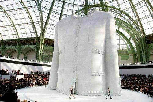 Hình tượng áo khoác vải tweed mang tính biểu tượng của Chanel được giám đốc sáng tạo nhà mốt cho dựng hẳn thành tượng khổng lồ trong ngày biểu diễn show couture Xuân Hè 2008.