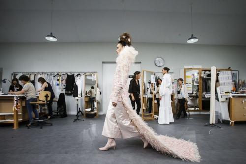 Trong bộ sưu tập couture mùa Thu Đông 2016, người đứng đầu Chanel muốn tôn vinh những nghệ nhân thầm lặng đứng sau các thiết kế cao cấp của nhà mốt. Vì vậy, ông đưa tất cả họ cùng khung cảnh bốn xưởng thủ công lên hẳn sân khấu trung tâm của Grand Palais để khán giả có thể chiêm ngưỡng. Ghế ngồi được thiết kế đâu lưng nhau để mọi khách mời đều được ngồi hàng đầu tiên.