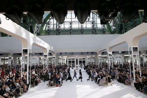 Vì vậy, ông đưa tất cả họ cùng khung cảnh bốn xưởng thủ công lên hẳn sân khấu trung tâm của Grand Palais để khán giả có thể chiêm ngưỡng. Ghế ngồi được thiết kế đâu lưng nhau để mọi khách mời đều được ngồi hàng đầu tiên.