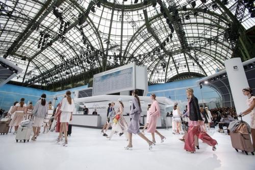 Cũng trong năm 2015, bộ sưu tập ready-to-wear Xuân Hè 2016 đã biến bảo tàng Grand Palais thành một sân bay sang trọng cao cấp của riêng Chanel. Đây được đánh giá là một trong những kiệt tác của sân khấu thời trang thế giới. Các người mẫu đóng vai những hành khách rảo bước qua lại, chuẩn bị làm thủ tục check-in. Quầy trung tâm tông trắng, hoành tráng sở hữu dàn nhân viên thanh lịch nhất thế giới.