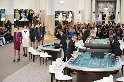 Karl Lagerfeld đã hô biến khuôn viên bảo tàng thành một casino trong show diễn couture Thu Đông 2015. Người mẫu sau khi catwalk có thể ghé vào các bàn poker chơi bài trước khán giả.