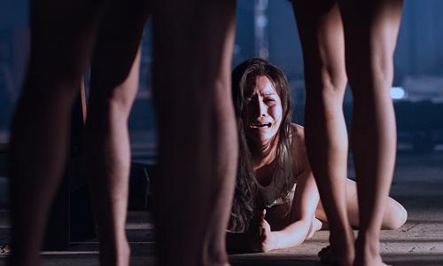 Cảnh cưỡng hiếp nhân vật Hoa điễn ra đầu phim.