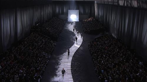 Bộ sưu tập ready-to-wear Thu Đông 2011 được trình diễn giữa khu rừng cháy rụi, âm u trong làn khói và sương mù.