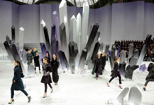 Karl đã cho dựng những khối pha lê khổng lồ với hai gam màu tím-trắng huyền bí để tạo thành bối cảnh cho bộ sưu tập Thu Đông 2012.