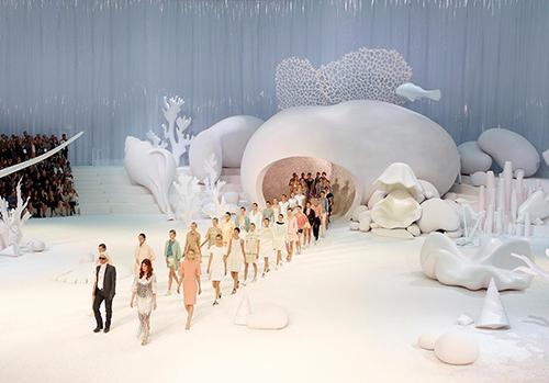 Đại dương trắng là nguồn cảm hứng cho sân khấu của show diễn Xuân Hè 2012.