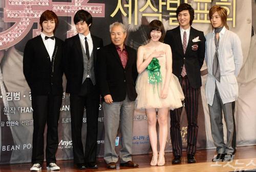 Đạo diễn Jeon Ki Sang (thứ ba từ trái sang)và các diễn viên Lee Min Ho, Goo Hye Sun... tại buổi họp báo phim Vườn sao băng.