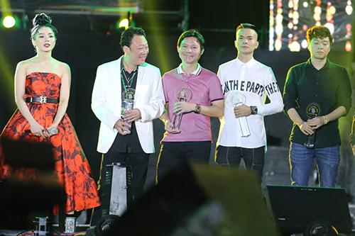 Lệ Quyên (trái) là ca sĩ duy nhất đến nhận giải thưởng dành cho ca sĩ trong Bảng vàng năm 2017.