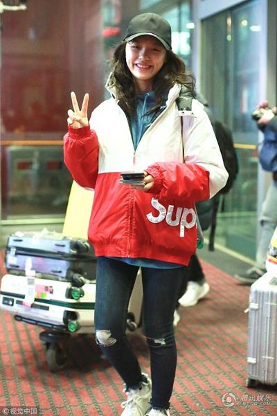 Theo QQo, nữ diễn viên tươi cười tạo dáng khi biết có người chụp ảnh mình.