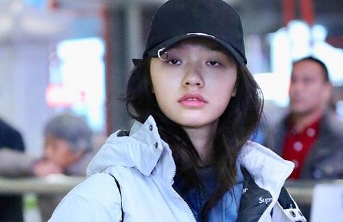 Lâm Doãn xuất hiện tại một sân bay ở Bắc Kinh, Trung Quốc hôm 13/1. Cô ăn vận đơn giản, thoải mái.
