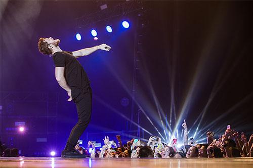 Khán giả liên tục hát cùng ca sĩ Dan Reynolds, tạo nên âm điệu đầy sôi động, cuồng nhiệt cho các màn trình diễn.