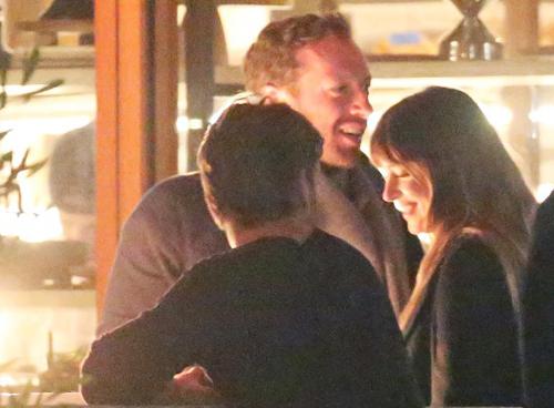 Dakota Johnson và Chris Martin ăn tối tại một nhà hàng ở Malibu. Ảnh: Splash.