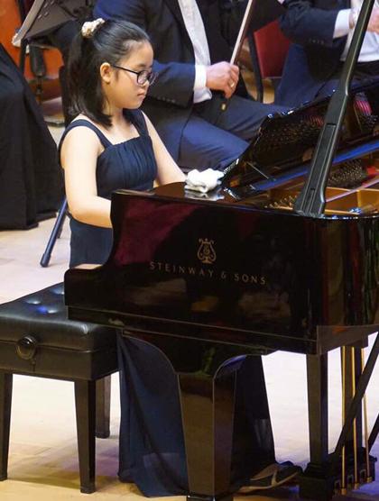 Đỗ Hiền An (14 tuổi) thể hiện chương một nhạc phẩm Concerto số 21 của Mozart. Hiền An từng giành giải nhì và triển vọng tại Lasum International Music Festival 2017.