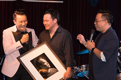 Hoàng Bách tặng bức chân dung cho nhạc sĩ Việt Anh làm kỷ niệm.