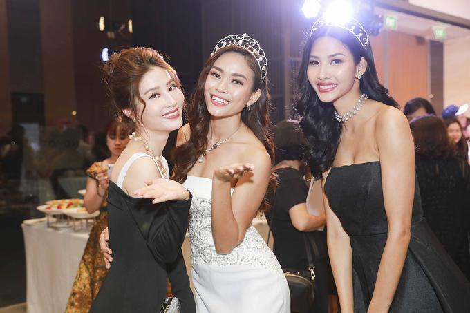 Hoa hậu H'Hen Niê diện váy khoét lườn trên thảm đỏ
