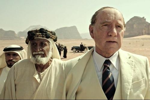 Kevin Spacey (phải) xuất hiện trong trailer phim, nhưng các cảnh của ông cuối cùng bị cắt bỏ.