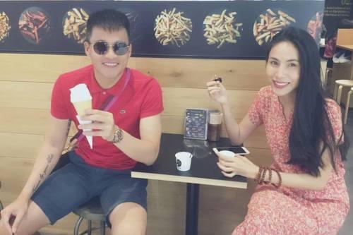 Hình ảnh giản dị của hai vợ chồng khi đi ăn kem ở nước ngoài.