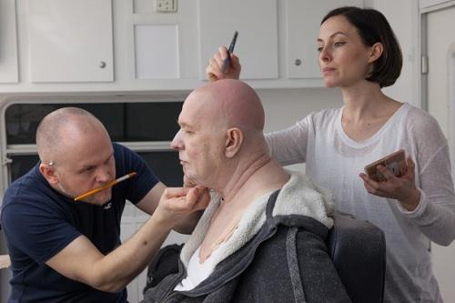 David Malinowski và Lucy Sibbick trang điểm và làm tóc cho Gary Oldman vào mỗi buổi quay.