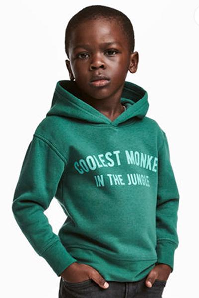 Mới đây, H&M phải xin lỗi công chúng vì sử dụng hình ảnh người mẫu nhí da đen mặc chiếc áo in dòng chữ coolest mokey in jungle (tạm dịch: Chú khỉ ngầu nhất trong rừng xanh). Ngay khi được đưa ra, quảng cáo gặp phải sự phản ứng, chỉ trích dữ dội. Nhiều người dân cho rằng hãng thời trang Thụy Điển phân biệt chủng tộc, xúc phạm người da màu. Sự việc khiến một số cửa hàng của hãng ở bị đập phá. Hai nhạc sĩ nổi tiếng The Weeknd và G-Eazy liền dừng hợp tác với thương hiệu. Hiện 17 cửa hàng H&M ở Nam Phi đã tạm đóng cửa.