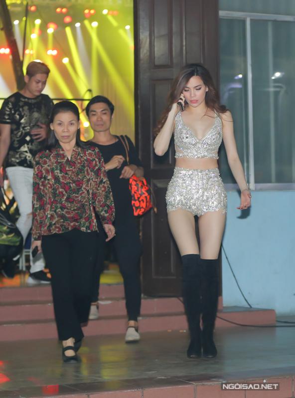 Hồ Ngọc Hà đổi nhiều phong cách trong một tối chạy show