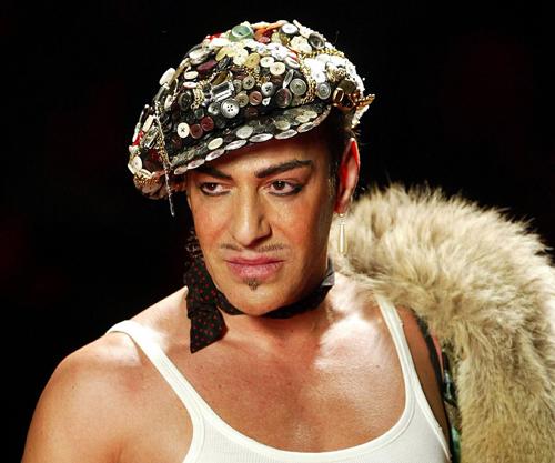 Năm 2011, giám đốc sáng tạo John Galliano bị Dior sa thải vì gây gổ và xúc phạm người Do Thái tại quán bar La Perle ở Paris. Sự việc này xảy ra ngay trước thềm Tuần lễ thời trang Paris. Show diễn Dior vẫn tiếp tục diễn ra với bài phát biểu xin lỗi của giám đốc điều hành hãng. Bộ sưu tập này được đánh giá rất cao. Bên ngoài địa điểm tổ chức show, những người ủng hộ Galliano ăn mặc theo phong cách của ông và giơ cao tấm bảng: The King is gone.