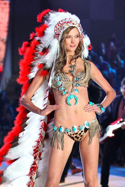 Show Victorias Secret 2012 bị những người Mỹ bản địa chỉ trích gay gắt với bộ trang phục gồm bộ đồ lót da lộn, đi kèm trang sức màu ngọc lam và mũ lông lấy cảm hứng từ mũ truyền thống của nam giới của bộ tộc da đỏ Sioux. Bộ cánh tượng trưng cho sự dũng cảm của họ. Theo các nhà nghiên cứu văn hóa, để một phụ nữ da trắng đội mũ này là một hành động đặc biệt xúc phạm, phân biệt chủng tộc. Trước sự phẫn nộ của người dân, đại diện Victorias Secret đã phải xin lỗi và cắt phần trình diễn trang phục này trong buổi phát sóng.