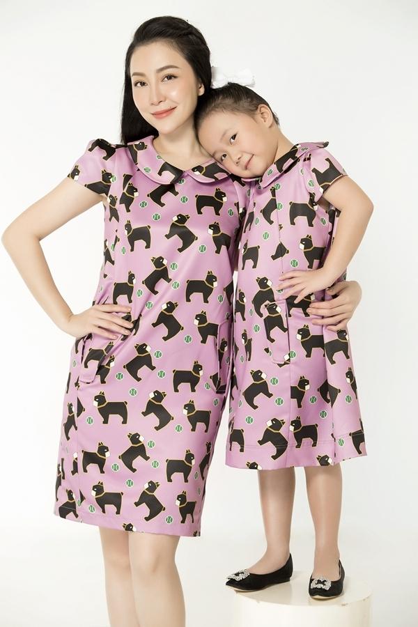 Mẹ con Linh Nga diện váy đôi họa tiết cún