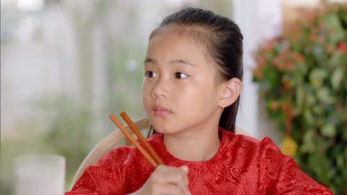 Clip mở đầu với dòng suy nghĩ ngây thơ của bé gái về việc mẹ luôn bận bịu, không có thời gian chơi cùng mình