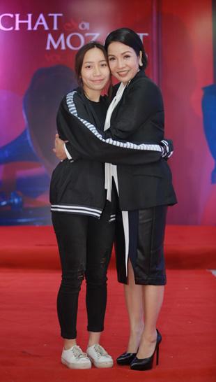 Con gái Mỹ Anh (trái) đến ủng hộ buổi ra mắt album của Mỹ Linh.