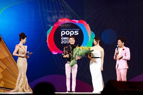 Đàm Vĩnh Hưng nhận Giải thưởng cống hiến tại POPS Awards 2017.
