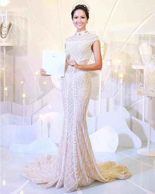 Hoa hậu Hhen Niê đội vương miệng 2,7 tỷ đồng dự sự kiện - 1