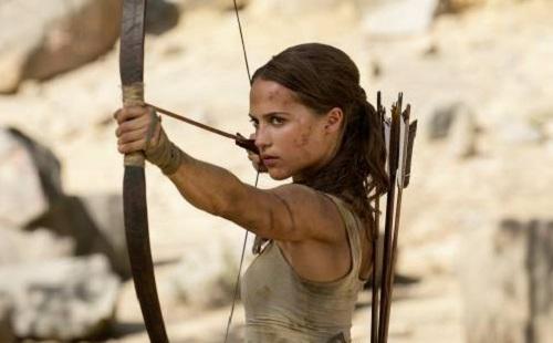 Lara Croft dùng cung trong phim.