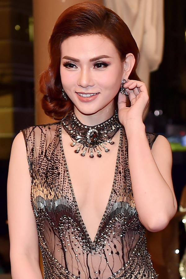 Nhã Phương, Phạm Hương diện đầm hở vai trên thảm đỏ