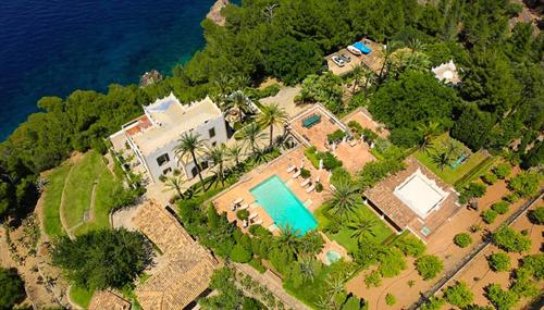 Catherine Zeta-Jones và Michael Douglas hiện sống tại căn hộ ở Manhattan, thỉnh thoảng về nghỉ tại Bermuda.