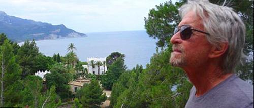 Khu đất 1.000 mét vuông, với tầm nhìn hướng biển và vườn rộng bao quanh. Đây là nơi Michael Douglas và người vợ đầu - Diandra Luker - sống chung. Catherine Zeta-Jones vì thế không hứng thú về đây nghỉ dưỡng. Từ khi cô và Michael Douglas kết hôn năm 2000, Catherine Zeta-Jones không đặt chân tới đây. Lần cuối Michael Douglas thăm căn nhà này là vào tháng 6/2014.